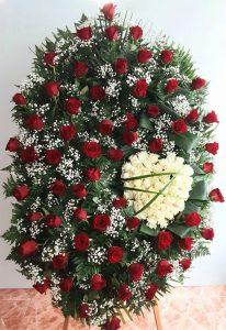 Corona de rosas rojas y blancas.