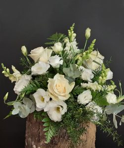 Centro de flores blancas con verdes.