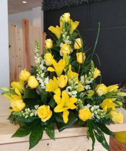 Centro de rosas y lilium en tonos amarillos.