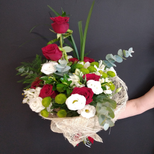 Ramo de rosas rojas y flor variada.