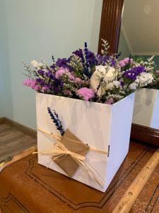 Caja decorativa con flor variada.
