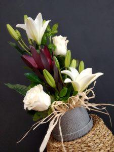 Caja redonda con lilium, rosas y leucadendron.