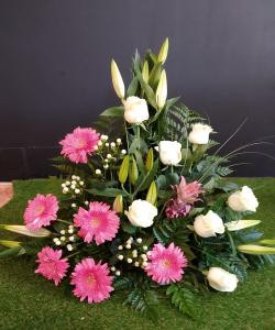 Centro de lilium, gerberas y rosas.