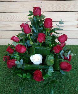 Centro de rosas rojas con lazada para rosa blanca.