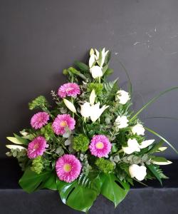 Centro de gerberas y rosas en grupo combinadas con lilium.