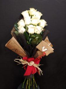 Ramo tumbado con rosas blancas para enamorados.
