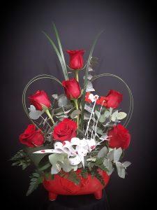 Centro decorativo con rosas rojas.
