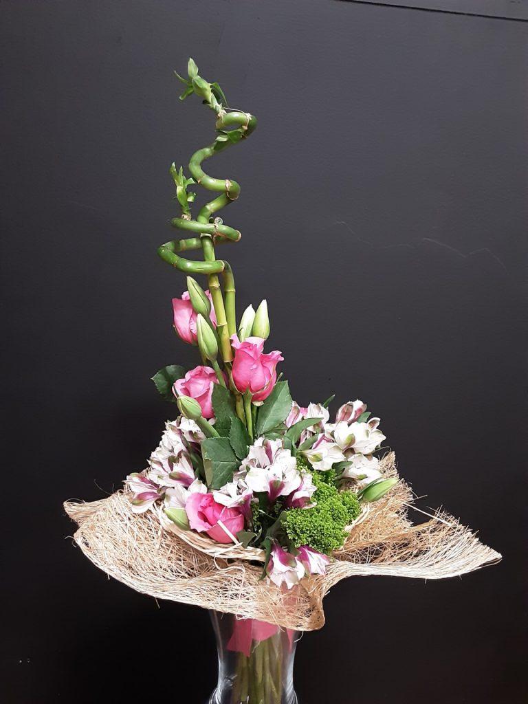Ramo de rosas con bambú