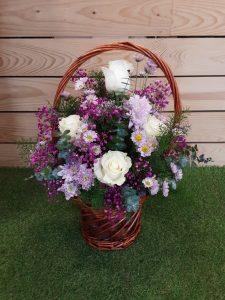 Cesta con aro decoración con flores variadas.