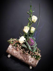 Tronco con bambú, rosas, brassica y verdes.