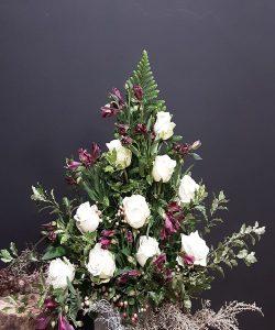 Centro de rosas blancas combinadas con alstroemeria de color.