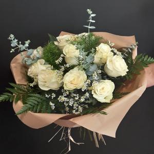 Ramo de rosas blancas.