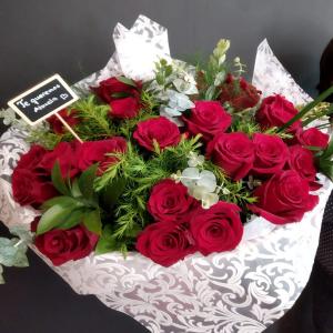 Ramo rosas rojas y flor variada.