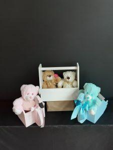 Cajas de madera con muñecos para bebés.