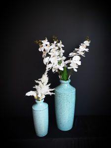 Jarrones de cerámica, con orquideas, calas y astilbe.