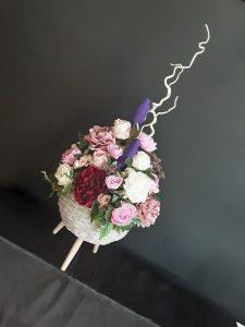 Trabajo con flor variada artificial.