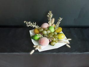 Plato decorado con frutas.