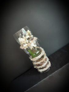 Jarrón de cristal con orquidea.