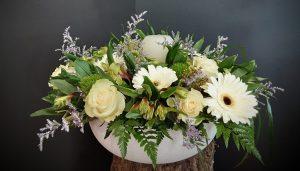 Jarrón con flores en varias tonalidades.