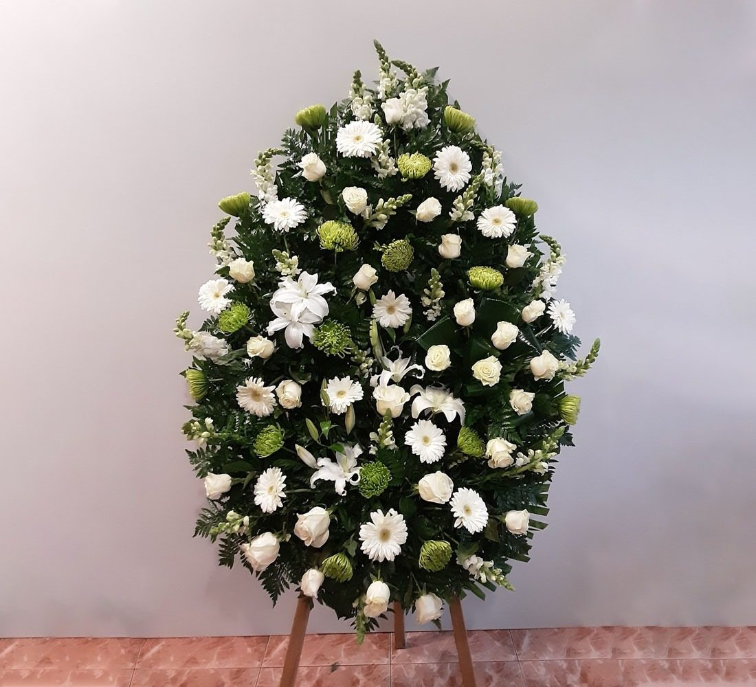 Coronas rosas, lilium, uniflor, gerberas y amterrinos.