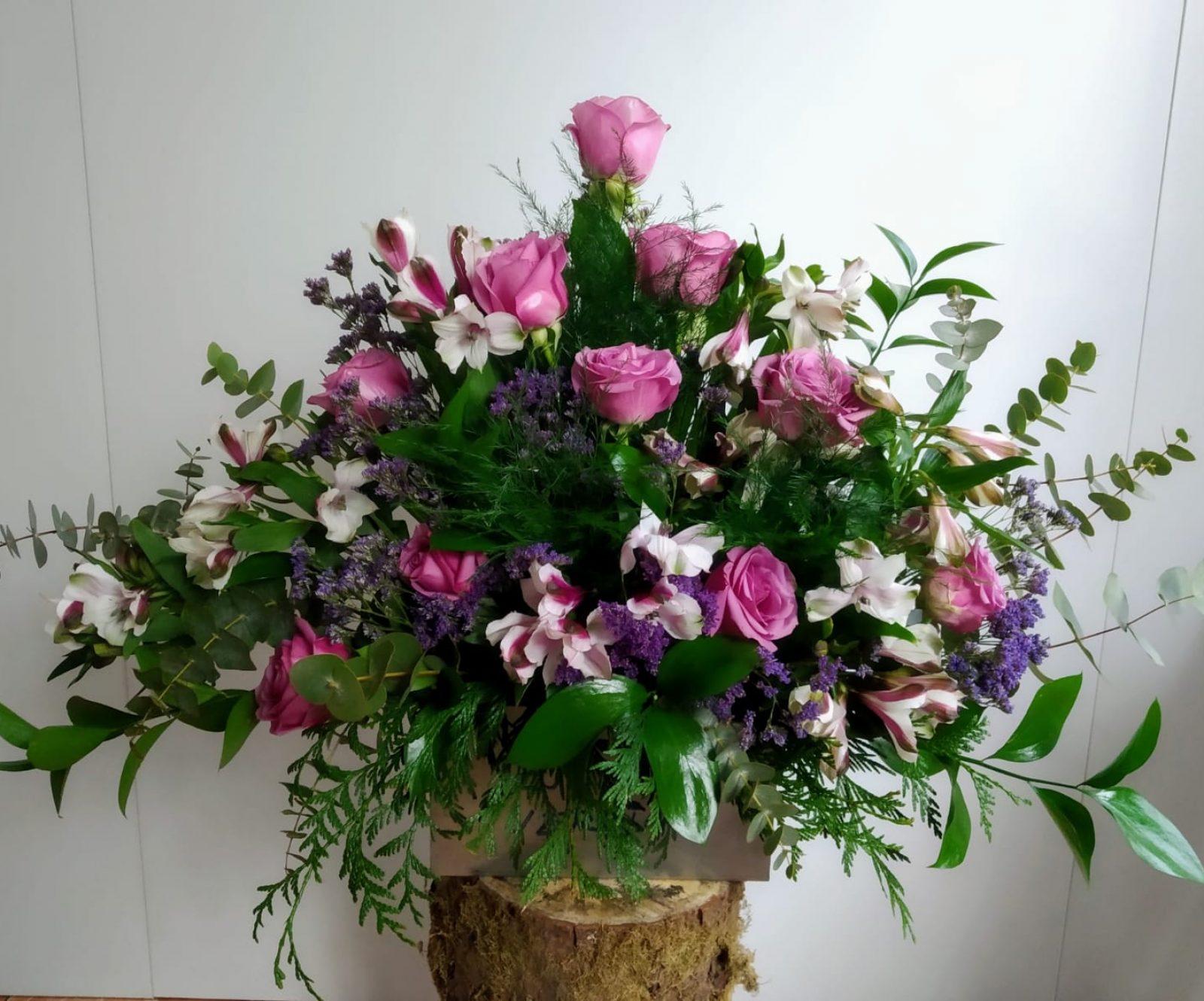 Centro de rosas y alstroemeria con verdes variados