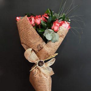 Ramo de rosas rojas con verdes.